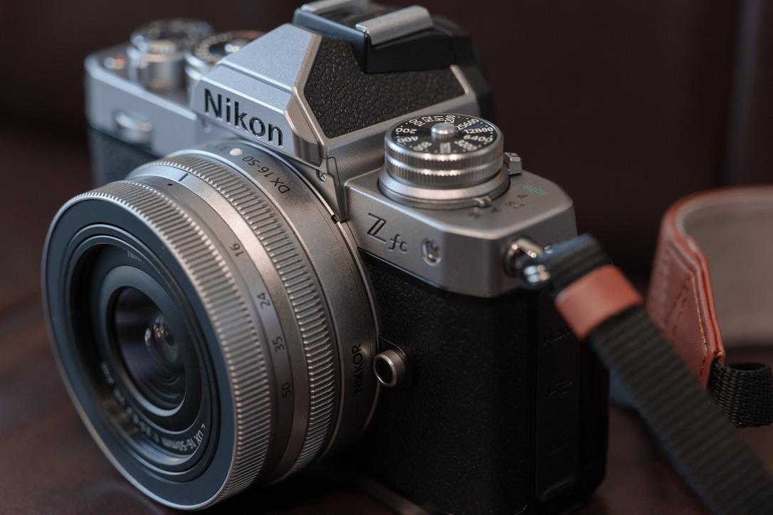 NikonのロゴもZfcのロゴのフォントもよくカメラのデザインにマッチしていますね。