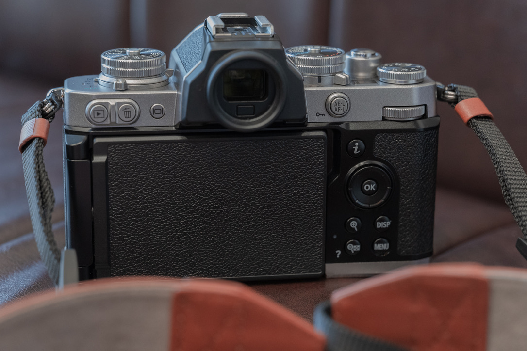 裏面も手抜きがありません。親指AFも設定できますし、液晶を裏返せば、フィルムカメラライクで撮影が楽しめます。