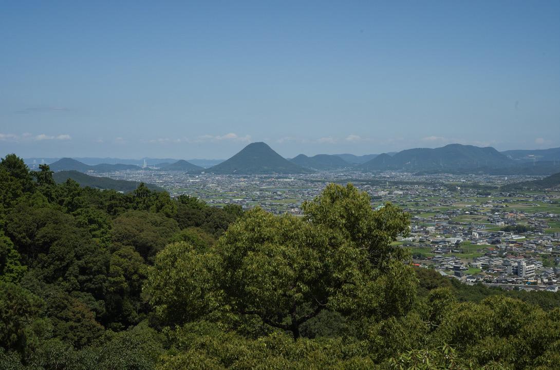 奥に写っているのが讃岐富士です。木々の葉っぱなどの緻密な写りは流石です。