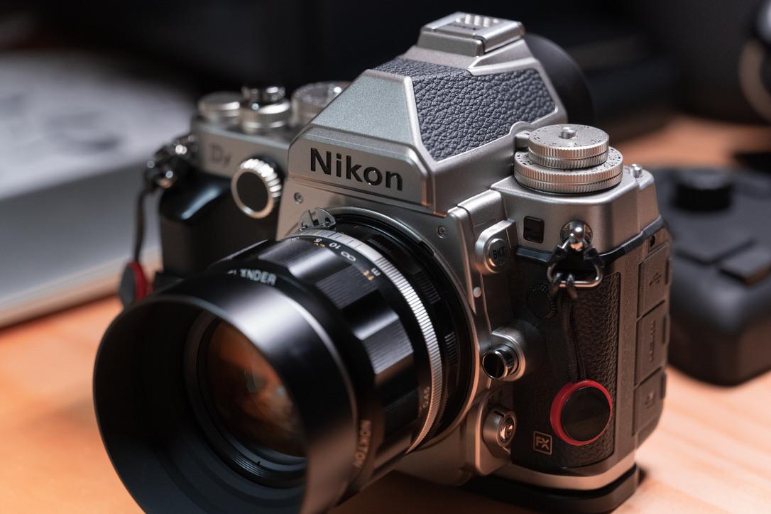 まぁフィルムカメラライクな佇まいです。これに萌える人は、カメラ沼にズブズブとハマる可能性のある人ですね。